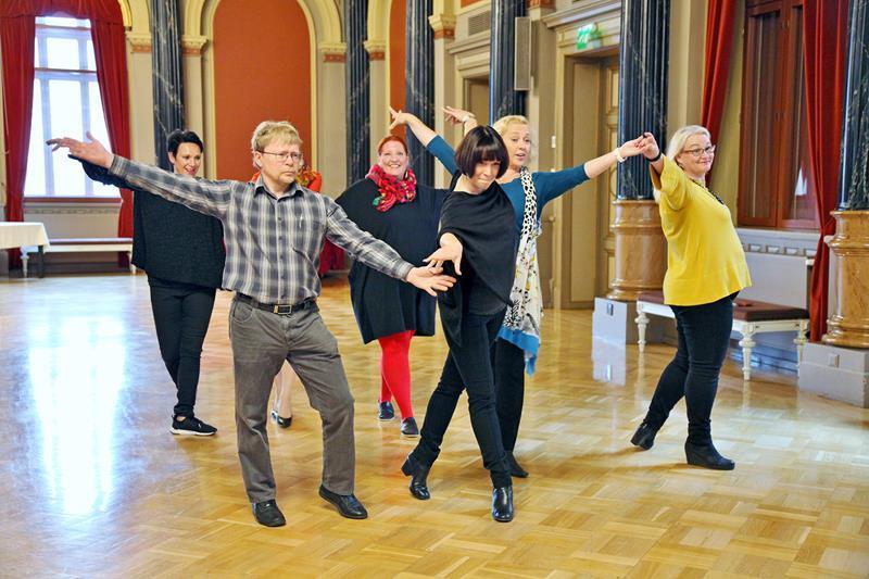 17385mn tanssii valtuuston kanssa