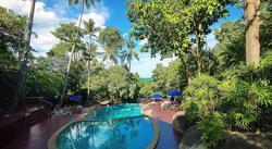 Upea 46m2 Villa Room-huone isolla parvekkeella Koh Samuin kauniin luonnon keskellä, sis. 7 yön majoitus, aamiaiset, tervetulojuoma ja paljon muuta.